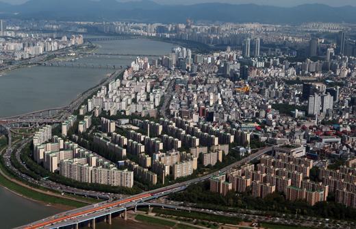 8·28 전·월세 대책 발표 이후 주택 수요자의 매수 심리가 회복되는 것으로 나타났다. 사진은 서울의 아파트 단지의 전경.(사진=저작권자 (c) 연합뉴스. 무단전재-재배포금지)
