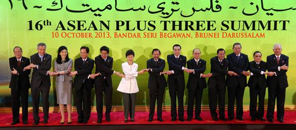 박근혜 대통령이 10일 오전 브루나이 인터내셔널 컨벤션센터에서 열린 아세안+3 정상회의에 앞서 각국 정상들과 기념촬영하고 있다. 왼쪽부터 아키노 필리핀 대통령, 리셴룽 싱가포르 총리, 잉락 친나왓 태국총리, 응웬 떤 중 베트남 총리, 아베 일본 총리, 박 대통령, 볼키아 브루나이 국왕, 리커창 중국 총리, 테인 세인 미얀마 대통령, 훈센 캄보디아 총리, 유도요노 인도네시아 대통령, 탐마봉 라오스 총리, 나집 라작 말레이시아 총리.