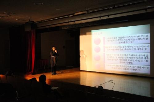공연예술아카데미 발표회에서 온드라 씨가 자신의 프로젝트를 발표하고 있다. (제공= 다문화극단 샐러드)