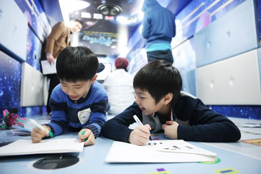 지난 2월 시범운영된 '움직이는 예술정거장' 버스에서 아이들이 문화예술 프로그램에 참여하고 있다.