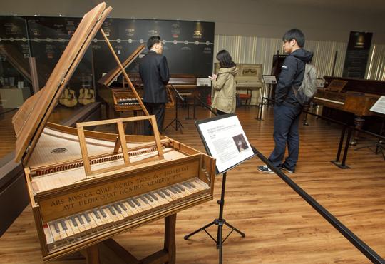 5피트 싱글 매뉴얼 그랜드 하프시코드. 1500년경 도널드 고든사에서 만든 이 피아노는 현을 튕겨서 내는 소리가 맑고 깨끗하다.