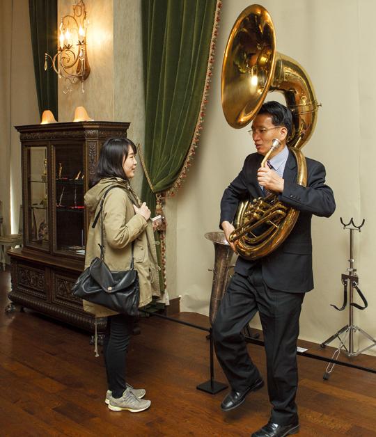 박물관 해설가가 수자폰에 대해 설명하고 있다. 수자폰은 취주악에 쓰이는 대형 금관악기다.