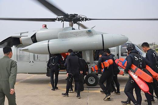 해군5성분전단 해난구조대원들이 침몰 여객선 세월호 승객 구조작전을 위해 헬기에 탑승하고 있다. (사진=해군제공)