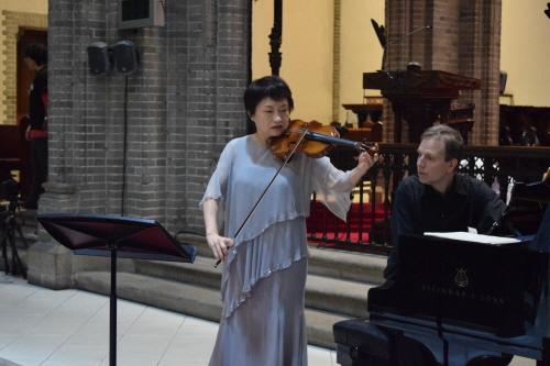 공연을 앞두고 바이올리니스트 정경화가 피아니스트 케빈 터너와 함께 리허설에 한창이다.