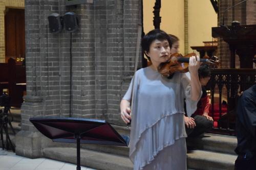 리허설이지만 정경화의 바이올린 음색에는 흔들림이 없다. 단호한 그녀의 눈빛이 그녀가 곧 들려줄 놀라운 음악을 암시한다.