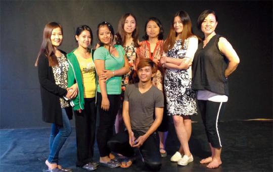 몽골, 필리핀, 중국 등 다국적 단원들이 모여 활동하는 극단 샐러드. 오른쪽에서 세번째로 서 있는 이가 박경주 대표다.