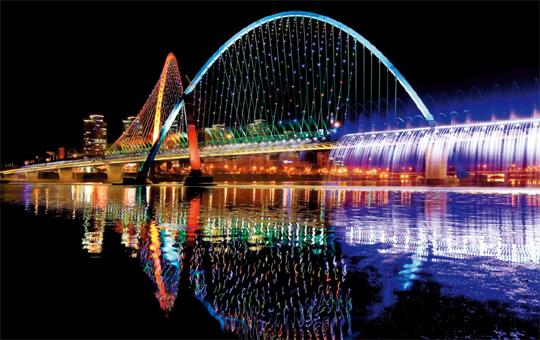 엑스포다리에 야간 경관 조명등이 켜지면 붉은빛과 푸른빛이 다리 위로 쏟아진다.