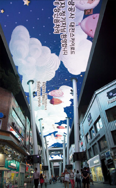 으능정이 문화의 거리에서는 높이 20미터 스카이로드에서 매일밤 환상적인 영상쇼가 펼쳐진다.
