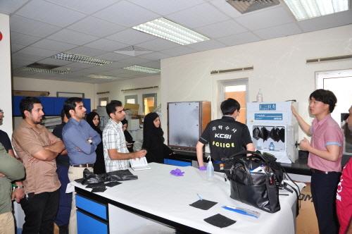 지난해 6월 경찰 과학수사요원 2명이 바레인 CID(범죄수사국)을 방문해 지문감식을 비롯한 과학수사 기법을 전수하고 있다. <사진=경찰청 / >