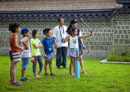 문화재청에서는 7월 22일부터 8월 16일까지 총 4주간 초등학생을 대상으로 우리나라 대표 문화유산인 4대궁과 종묘를 배우고 체험할 수 있는 '고궁청소년문화학교'를 운영했다.