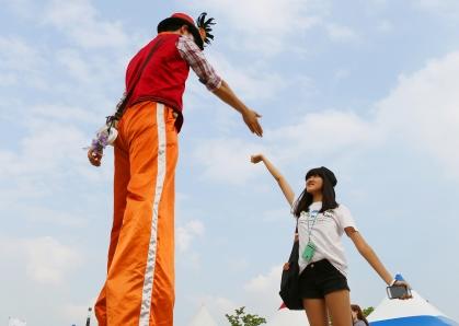 8월 15에서 17일까지 여의도 한강공원에서 개최된 '거리공연 페스티벌'에서 키다리 아저씨가 마술과 풍선 묘기로 시민들과 함께 하고 있다.