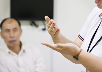 청각장애인에게 독서의 즐거움을 더해주기 위해 국립장애인도서관에서 진행중인 '손책누리(손과 책으로 세상을 누리다)' 프로그램에서 수화통역사가 도서관과 서점 이용법에 대해 수화로 설명하고 있다.