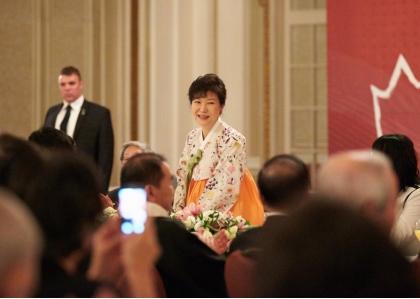 캐나다를 국빈방문한 박근혜 대통령이 20일 저녁(현지시간) 캐나다 오타와 한 호텔에서 열린 동포 간담회에 참석하고 있다.