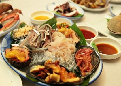 경남 통영에는 '다찌'라고 하는 독특한 술 문화가 있다. 강구안 주변에 밀집한 다찌집에서는 술을 주문하면 제철 해산물로 구성된 안주 기본상이 차려진다.