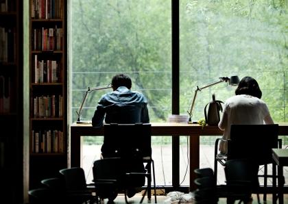 경기도 파주출판도시에 자리한 '지혜의 숲' 도서관은 약 50만권의 장서가 보관된 이색 도서관으로 서가의 높이는 8m, 길이는 3.1㎞에 달한다. 365일 24시간 운영하는 서가도 있다.