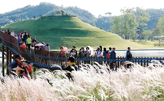 순천만정원을 찾은 관람객들이 갈대밭 정원을 거닐며 가을의 정취를 만끽하고 있다.