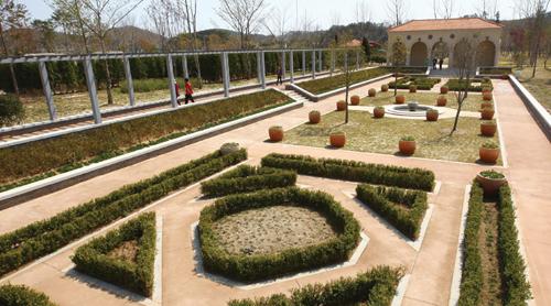 바둑판처럼 가지런히 정돈돼 있는 이탈리아 정원.