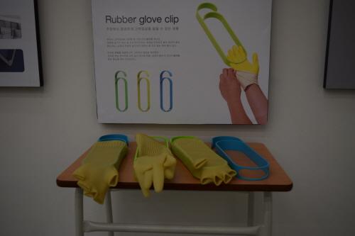 고무장갑을 건조할 수 있게 디자인된 제품은 인상적인 구조 뿐 아니라 화사한 색감으로 실용성과 심미성 모두를 만족시켰다.