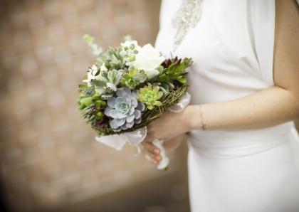 호화 결혼식을 지양하고, 드레스와 부케, 청첩장, 꽃장식까지 저렴한 비용에 지속가능한 친환경 소재를 사용하는 에코웨딩이 관심을 받고 있다. 사진은 성북구청에서 열린 결혼식 풍경