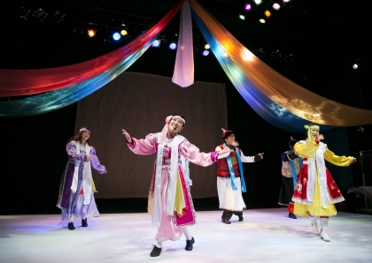지난 8일 서울 대학로의 한 극장에서 몽골 이주민 자녀들의 이야기를 담고 있는 다문화뮤지컬 <서렁거스 훙(한국사람)>이 공연되고 있다.