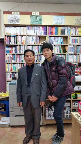 """동네서점을 운영하시는 송진섭 (전주) 씨는 """"책을 안 사도 좋아요.. 그냥 책을 가까이 했으면 좋겠어요."""" 라고 말씀하셨다"""