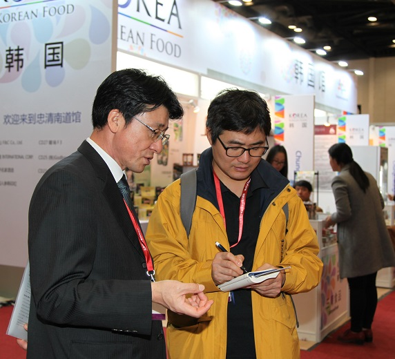 조일호 주중 한국대사관 농무관(참사관)이 중국 시장에 진출하는 한국기업에 대해 무엇보다 신뢰가 중요하다고 취재진에게 설명하고 있다.