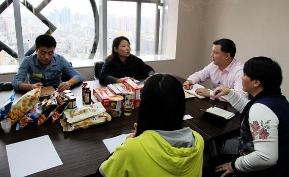 마하이핑 순진미 사장이 직원들과 내년 사업계획에 대해 회의하고 있다.