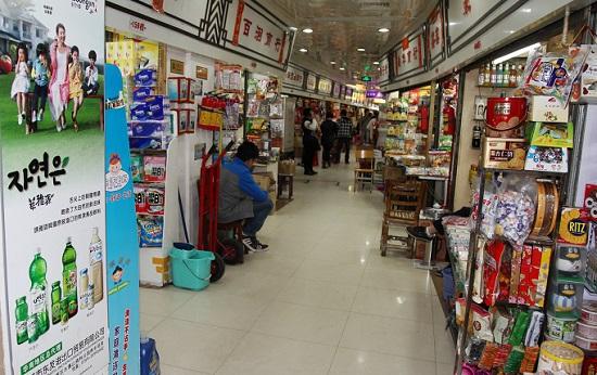 광저우시 주강 유역에 위치한 중국 최대 식품 도매시장인 이더루 내부 모습. 2~3평 남짓한 가게지만 보통 연 200억이 넘는 매출을 올리고 있다고 한다.