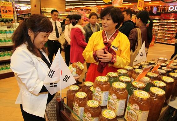 광저우 신도심 신항서로에 위치한 고급할인점 테스트에서 한 중국인 고객이 한국 유자차를 구매하고 있다.