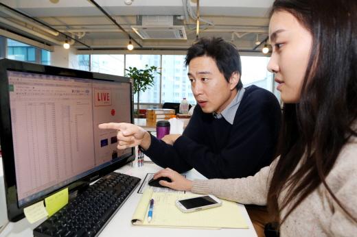 2014 글로벌k-스타트업 기업인 캐쥬얼스텝스에서 김진하 대표와 직원이 스냅샵 업무를 하고 있다.
