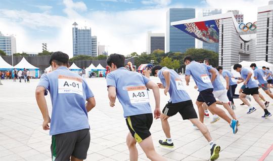 지난 9월 서울 올림픽공원에서 열린 전국 체력왕중왕전. 이날 참가자들은 단순한 경쟁이 아니라 '나'를 넘어서고하자는 건강한 경쟁을 가졌다.