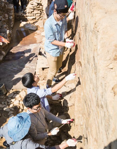 말이산고분군 탐방에서는 직접 고분에 들어가 발굴을 해보는 체험 시간도 가졌다. 오늘 하루는 마치 고고학자가 된 듯 호미를 든 아이들의 표정이 사뭇 진지하다.