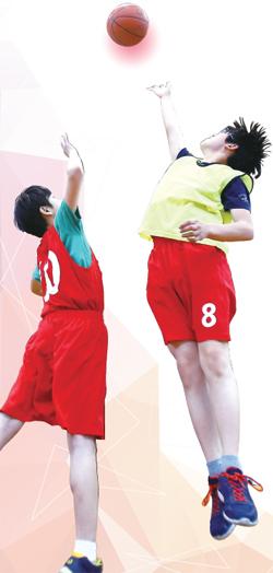 농구 강습에 참여하고 있는 학생들. 선수 출신 지도자에게 방과 후에 지도를 받을 수 있어 학업과 운동을 병행하면서 엘리트 선수로 성장하는 기회도 가질 수 있다.