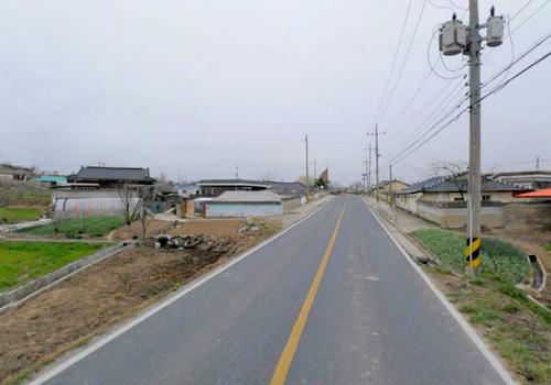 사고의 위험이 노출되어 있는 마을 입구의 모습, 과속 방지턱이 필요하다.