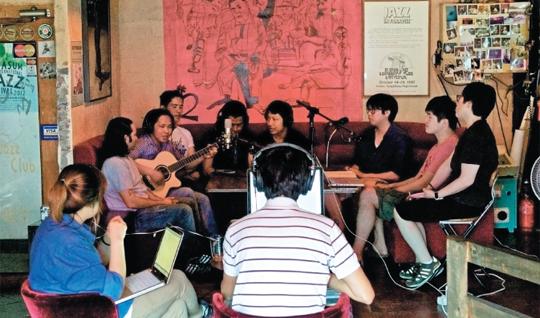 인천문화재단의 무지개다리 사업 '다문화 음악다방'은 미얀마·필리핀·네팔 등에서 온 이주민들이 직접 출연해 그들의 전통음악과 한국생활에 대한 진솔한 이야기를 나누는 인터넷 라디오 프로그램이다. 사진은 첫 방송을 맡았던 네팔인 바비소르 그룽 씨의 녹음 현장.