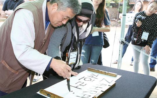 외국인 참가자에게 가장 큰 인기를 끌었던 붓글씨 쓰기.