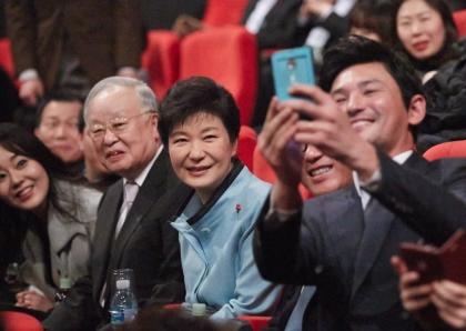 박근혜 대통령이 문화가 있는 날인 28일 오후 서울 시내 한 영화관에서 영화관계자 및 배우들과 함께 촬영을 하고있다.