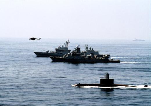 해군은 1일 세계에서 여섯 번째로 잠수함사령부를 창설했다. 해군은 잠수함사령부 창설이 수상·항공·수중을 아우르는 입체·합동작전 능력을 향상시켜 영해 수호 및 대북 억지 능력 강화에 크게 기여할 것으로 기대하고 있다. 사진은 209급 잠수함이 수상함·해상작전헬기와 함께 기동훈련을 하고 있는 모습. (사진제공=해군)