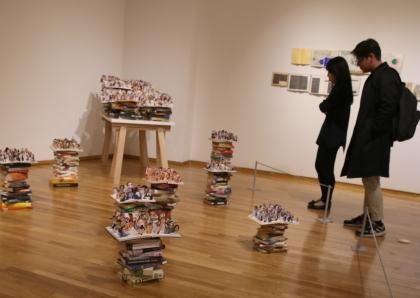 25일, 2월 문화가 있는 날을 맞아 시민들이 서울 종로구 금호미술관에서 '주목할 만한 시선' 전시를 관람하고 있다. 이날 입장료를 50% 할인하였다.