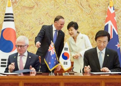 박근혜 대통령과 존 필립 키 뉴질랜드 총리가 23일 오전 청와대에서 열린 협정서명식에 참석하고 있다.