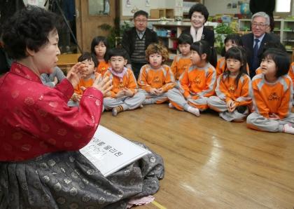 23일 대전시 중구에 있는 유아교육시설인 '보람유치원'에서 최명자 이야기할머니가 어린이들에게 이야기를 들려주고 있다.