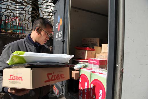 지난 26일 정옥주(51)씨가 자신의 택배 트럭에서 배송할 물품을 꺼내고 있다.