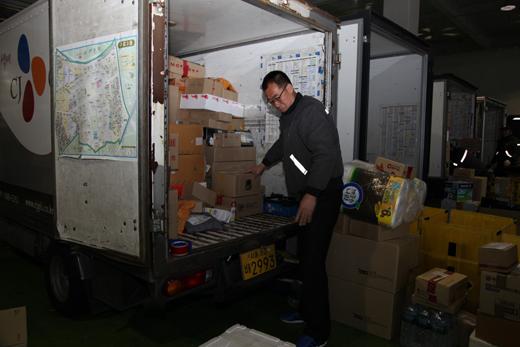 지난 26일 오전 CJ 대한통운 구로터미널에서 정욱주(51)씨가 트럭에 실을 택배 물품들을 정리하고 있다.