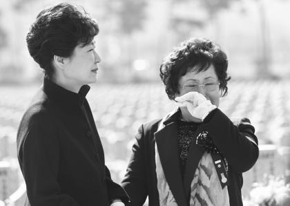 박근혜 대통령이 26일 국립대전현충원에서 열린 천안함 용사 5주기 추모식에 앞서 46용사 묘역을 참배한 뒤 고 박경수 상사의 어머니 이기옥 씨를 위로하고 있다.