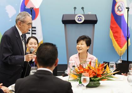 박근혜 대통령이 18일 오후(현지시각) 콜롬비아 보고타 시내 한 호텔에서 열린 한국전 참전용사 가족초청 간담회에 참석하고 있다.