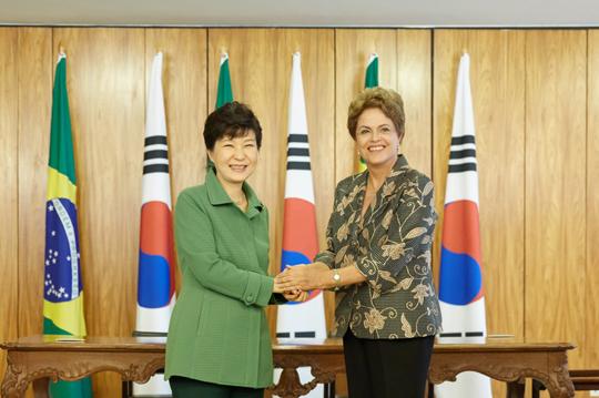 박근혜 대통령과 지우마 호세프 대통령이 24일 오후(현지시간) 브라질 브라질리아 대통령궁에서 협정서명식에 앞서 인사를 나누고 있다. (사진=청와대)
