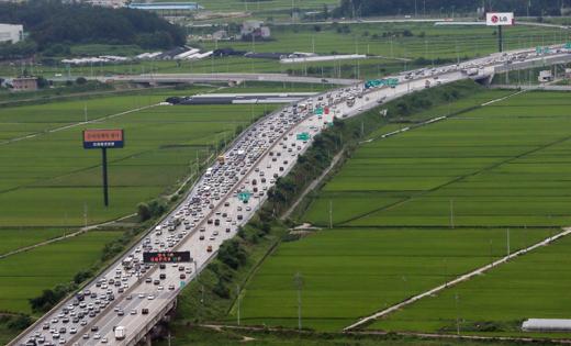 경기도 이천시 호법분기점 인근 영동고속도로가 휴가를 떠나는 차량으로 정체되고 있다