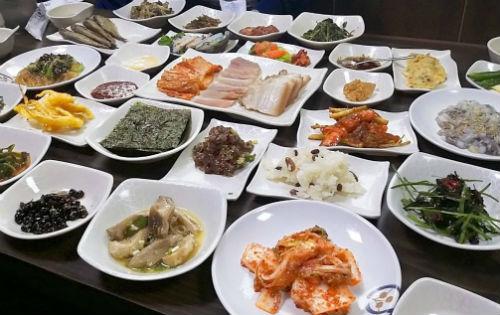 전라도의 풍족한 음식 문화는 예부터 풍족한 식재료에서 기인한다. 한 상 가득 육해공의 음식이 상다리가 부러지도록 차려진다.
