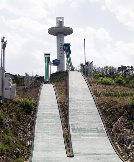 알펜시아 리조트의 명물, 스키점프대. 2009년 6월에 완공돼 여러 차례 국제대회를 치렀다.