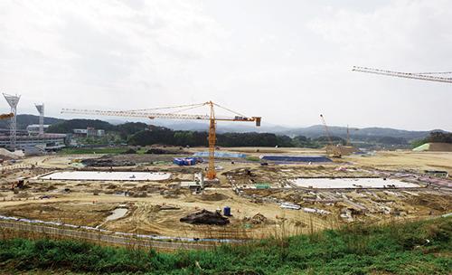 빙상 경기장 공사가 한창인 강릉 교동의 옛 궁도장 부지. 피겨스케이팅과 쇼트트랙, 남자 하키 등의 경기가 열린다.